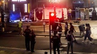 Barcelona, 2017. augusztus 17.A terrortámadásban használt furgon közelében rendőrök Barcelonában 2017. augusztus 17-én, miután a fehér furgon a járdára hajtott és járókelőket gázolt el a katalán főváros Las Ramblas negyedében. Legalább tizenhárom ember életét vesztette, mintegy nyolcvanan megsebesültek. (MTI/EPA/Quique García)