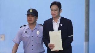 Szöul, 2017. augusztus 25. Li Dzse Jongot, a Samsung-csoport alelnökét és megbízott vezetõjét (j) kíséri egy rendõr perének ítélthirdetése után egy szöuli kerületi bíróságon 2017. augusztus 25-én. Li Dzse Jongot öt év börtönbüntetésre ítélte az illetékes dél-koreai bíróság. A vádak szerint a Samsung jelentõs pénzösszegeket adott két olyan alapítványnak, amely a korrupciós botrányba keveredett és õrizetben lévõ Pak Gun Hje dél-koreai elnök hivatalos tisztség nélküli bizalmasának, Csoj Szun Szilnek az irányítása alatt állt. (MTI/EPA pool/Csung Szung Dzsun)