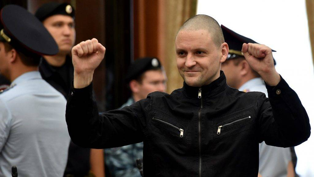 Ultra-left opposition leader Sergei Udaltsov gestures as he arrives in the City Court in Moscow, on July 24, 2014, to listen to his verdict.  Sergei Udaltsov and a co-defendant Leonid Razvozzhayev have been charged with sparking mass riots in May 2012 that prosecutors allege were aimed at destabilising Vladimir Putin's rule as he took office for a third presidential term. AFP PHOTO / KIRILL KUDRYAVTSEV / AFP PHOTO / KIRILL KUDRYAVTSEV
