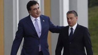 Tbiliszi, 2012. szeptember 26. Miheil Szaakasvili grúz államfõ (b) fogadja Orbán Viktor miniszterelnököt Tbilisziben, az elnöki hivatal épülete elõtt 2012. szeptember 26-án. (MTI/EPA/Pool/David Mdzinarishvili)