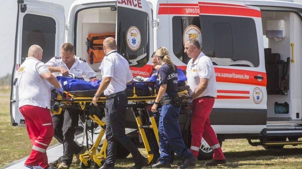 Szeged, 2017. augusztus 10. A Bulgáriában balesetet szenvedett, majd kómába esett 19 éves nõt repülõgéprõl mentõautóba viszik a szegedi repülõtéren 2017. augusztus 10-én. MTI Fotó: Rosta Tibor