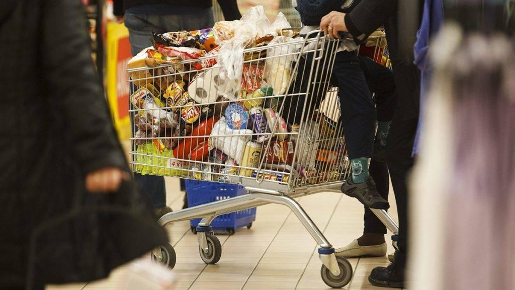 Nagykanizsa, 2015. március 8.Vásárlók a nagykanizsai Tesco áruházban 2015. március 8-án. Ez az utolsó hétvége, amelynek vasárnapján még korlátozás nélkül nyitva tarthatnak az üzletek. Az Országgyűlés 2014. december 16-án szavazta meg a vasárnapi pihenőnap bevezetését, így március 15-től vasárnap már nem lehet dolgoztatni az alkalmazottakat a kereskedelemben, pihenőnap jár nekik. A 200 négyzetméternél kisebb üzletek azonban kinyithatnak a hét utolsó napján is, ha csak a tulajdonos vagy családtagja dolgozik benne.MTI Fotó: Varga György