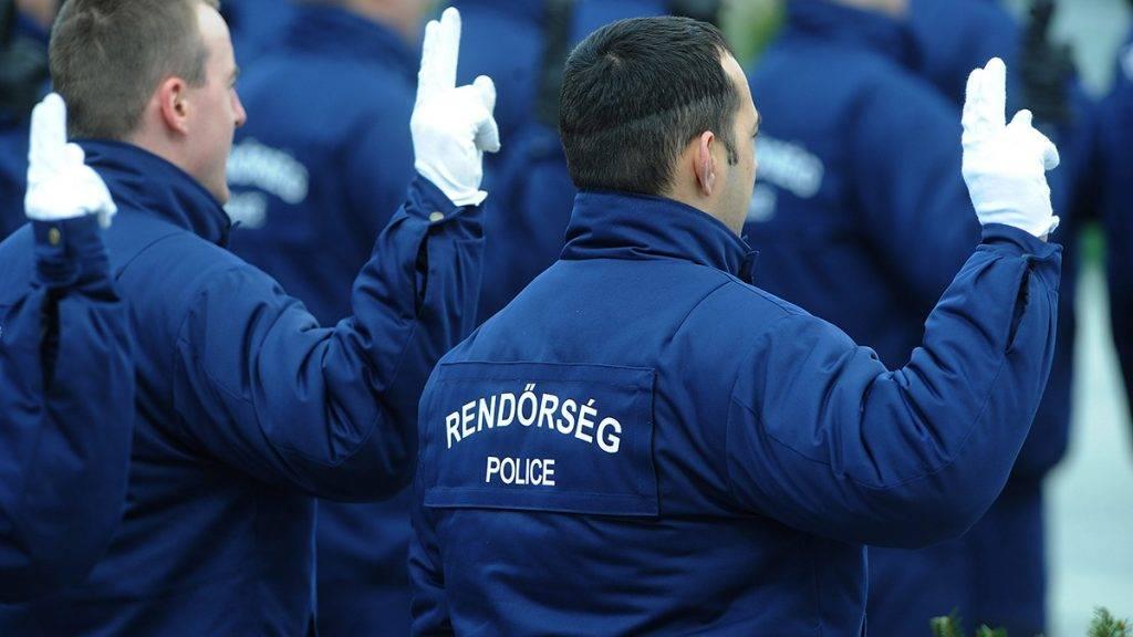 Budapest, 2011. március 6.Próbaidős tiszthelyettes rendőrök esküt tesznek a budapesti Hősök terén.MTI Fotó: Földi Imre