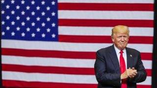 Cedar Rapids, 2017. június 22.Donald Trump amerikai elnök tapsol, miután az amerikai-mexikói határon megépítendő mintegy 3200 kilométer hosszú fal hasznos felületének napelemmel való bevonásáról beszélt az Iowa állambeli Cedar Rapidsban tartott nagygyűlésen 2017. június 21-én. (MTI/EPA/Tannen Maury)