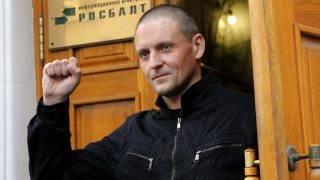 Moszkva, 2017. augusztus 10. Szergej Udalcov orosz ellenzéki vezetõ, a radikális Baloldali Front elnöke sajtóértekezletére érkezik Moszkvában 2017. augusztus 10-én. Udalcovot, akit a Vlagyimir Putyin elnök elleni tüntetések szervezése miatt 2014 júliusában ítéltek négy és fél év letöltendõ szabadságvesztésre, büntetése letöltése után, 2017. augusztus 8-án szabadon engedték. (MTI/EPA/Makszim Sipenkov)