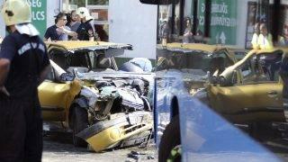 Budapest, 2017. augusztus 10. Összeroncsolódott személyautó mellett dolgoznak tûzoltók a fõváros XIV. kerületében, a Vezér úton 2017. augusztus 10-én, miután a jármû összeütközött egy menetrend szerint közlekedõ busszal. A balesetben az autó utasa meghalt, vezetõje súlyos sérüléseket szenvedett. A buszon egy ember könnyebben megsérült. MTI Fotó: Mihádák Zoltán