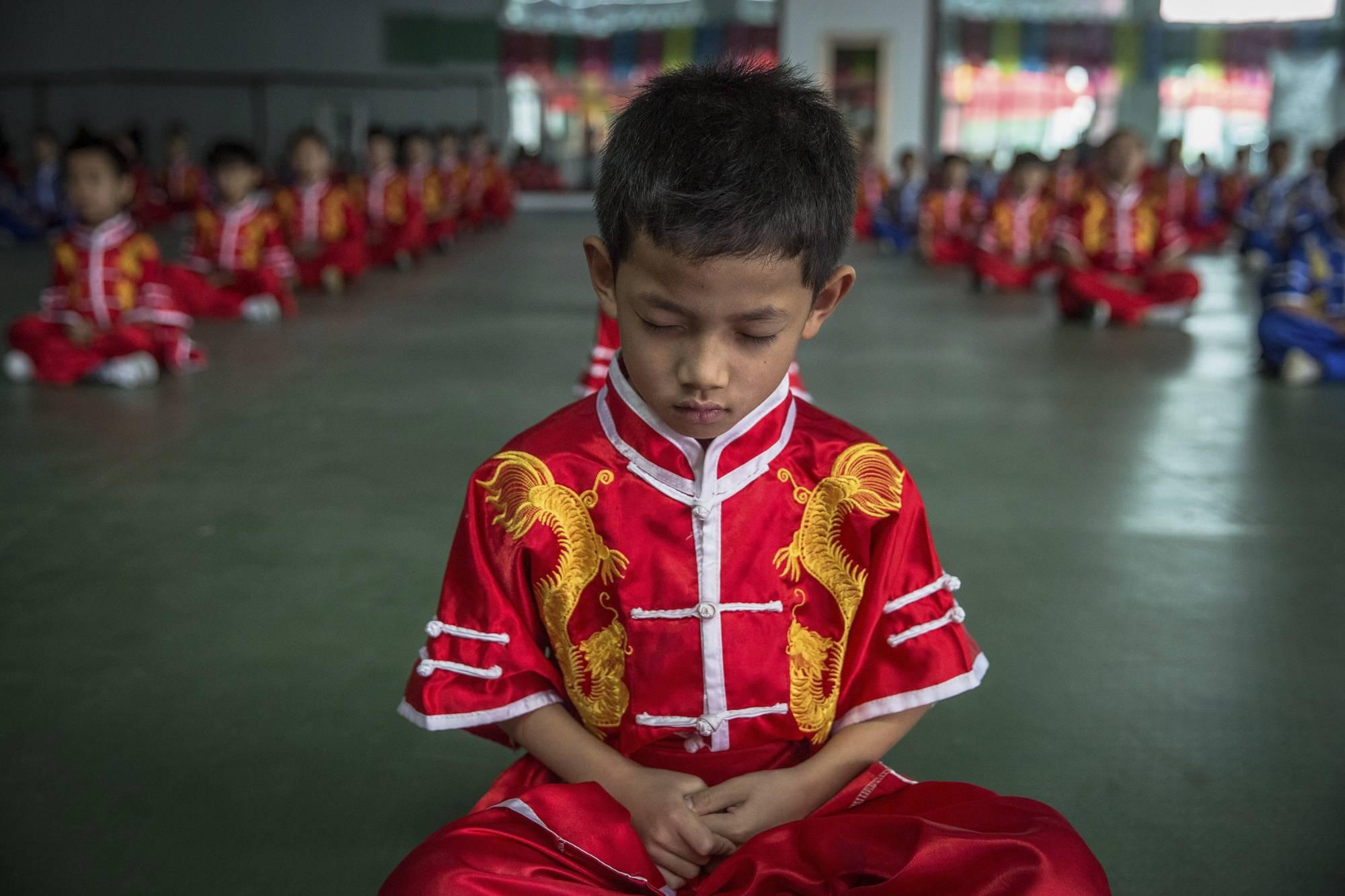 Kuan megye, 2017. szeptember 8.Befelé figyel egy kungfuiskola fiatal növendéke egy kínai harcművészeti központban, a Hopej tartománybeli Kuan megyében, Pekingtől északra 2017. június 10-én. (MTI/EPA/Roman Pilipej)