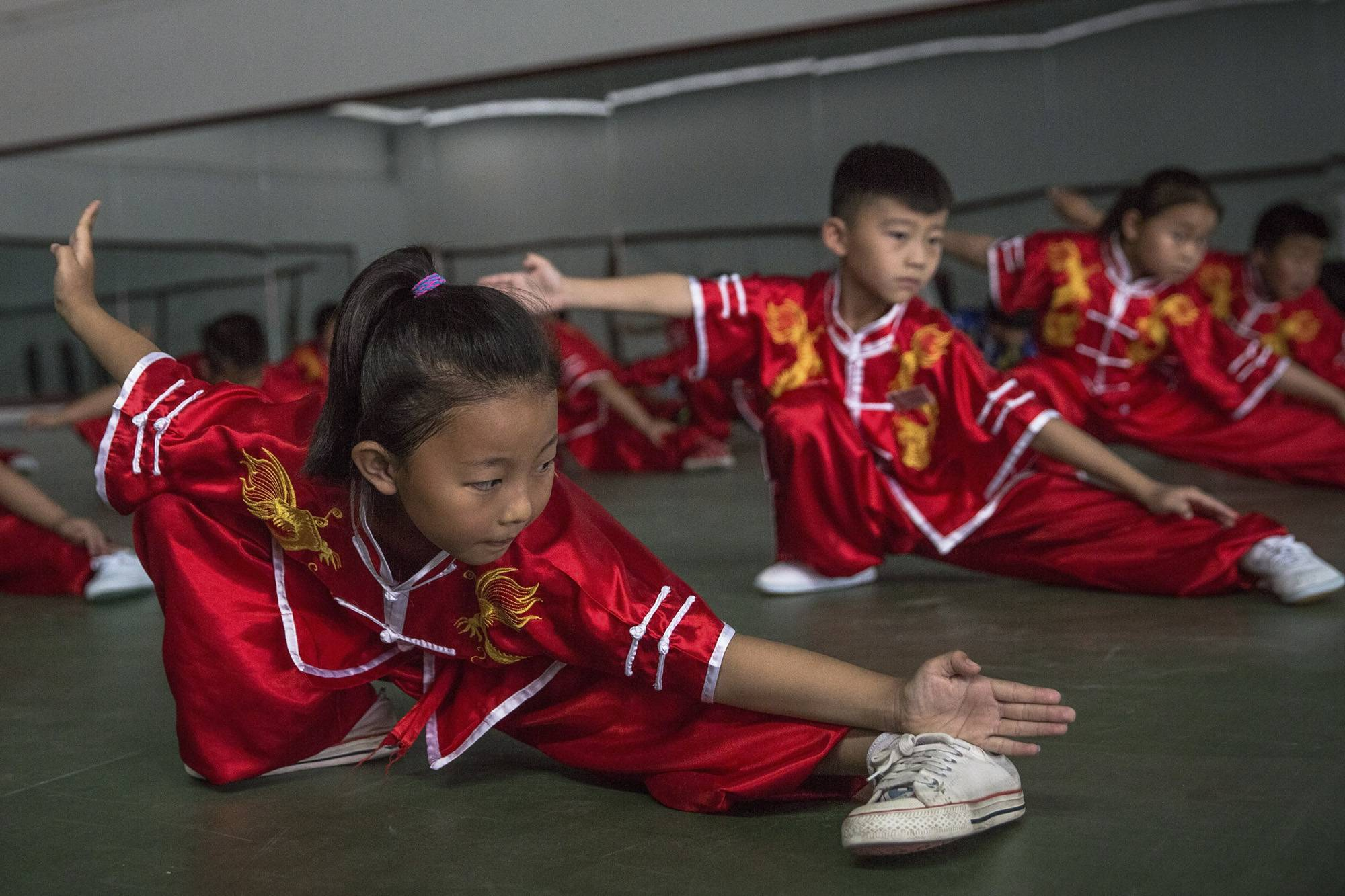 Kuan megye, 2017. szeptember 8.Formagyakorlatokat végeznek egy kungfuiskola fiatal növendékei egy kínai harcművészeti központban, a Hopej tartománybeli Kuan megyében, Pekingtől északra 2017. június 10-én. (MTI/EPA/Roman Pilipej)