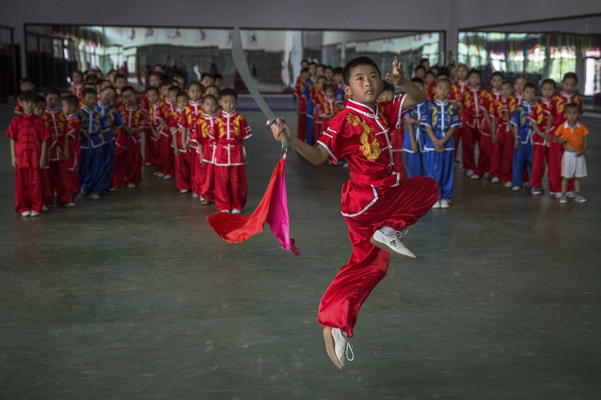 Kuan megye, 2017. szeptember 8.Szablyagyakorlatot mutat be egy kungfuiskola fiatal növendéke egy kínai harcművészeti központban, a Hopej tartománybeli Kuan megyében, Pekingtől északra 2017. június 10-én. (MTI/EPA/Roman Pilipej)