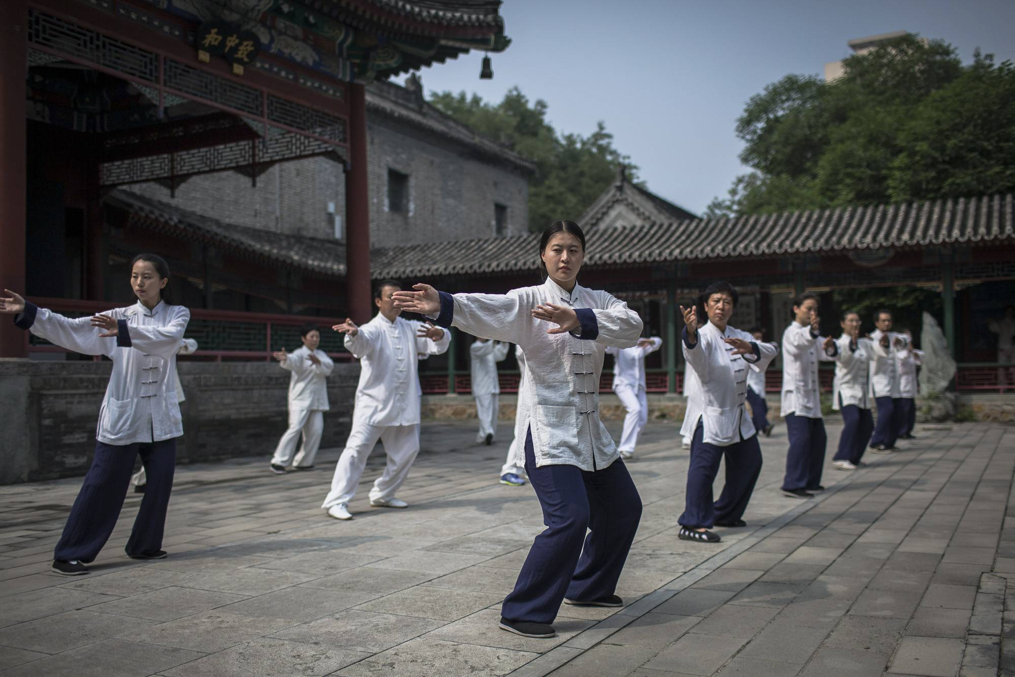 Peking, 2017. szeptember 8.Belső stílusú vutang- (Wudang) edzésen vesznek részt egy kungfuiskola diákjai a pekingi Fehér Felhő taoista templomban 2017. augusztus 16-án. (MTI/EPA/Roman Pilipej)