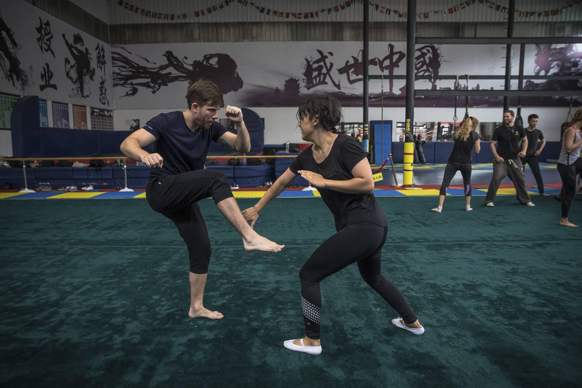 Peking, 2017. szeptember 8.Párosgyakorlatot végeznek a Troy's Team nevű vusuiskola diákjai egy edzésen Pekingben 2017. június 8-án. (MTI/EPA/Roman Pilipej)