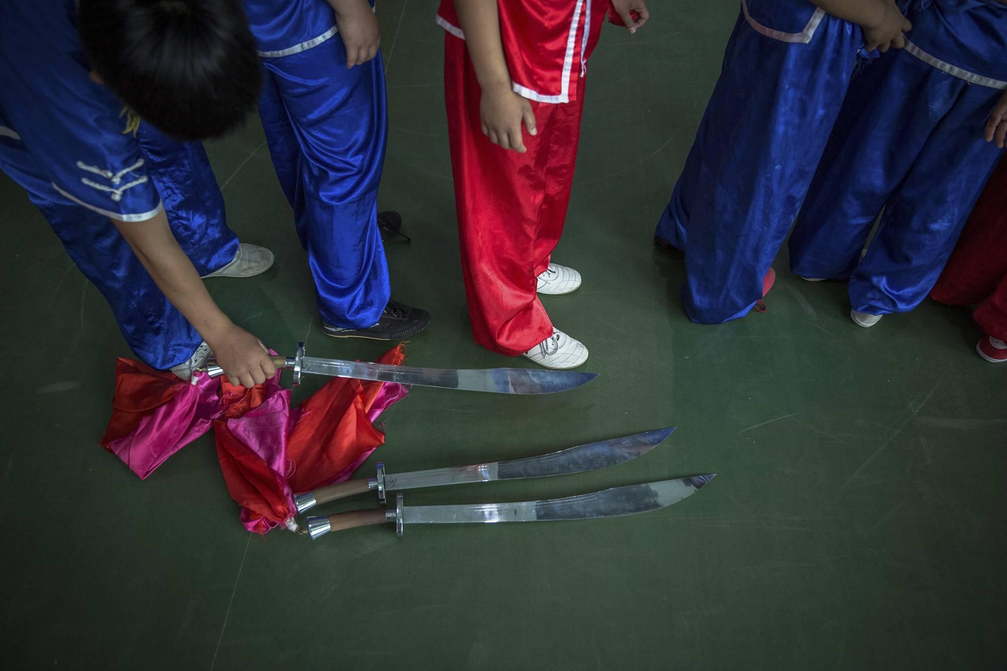 Kuan megye, 2017. szeptember 8.Szablyagyakorlat bemutatására készül egy kungfuiskola fiatal növendéke egy kínai harcművészeti központban, a Hopej tartománybeli Kuan megyében, Pekingtől északra 2017. június 10-én. (MTI/EPA/Roman Pilipej)