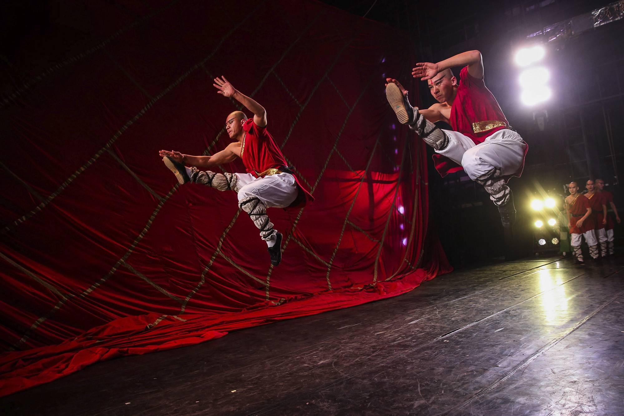 Peking, 2017. szeptember 8.Kínai harcművészek bemelegítenek a Kungfu legendája című produkció előadása előtt a pekingi Vörös színházban 2017. február 10-én. (MTI/EPA/Roman Pilipej)