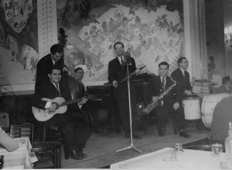 A képen egy zenekar látható a Corvin Áruházban az ötvenes években.