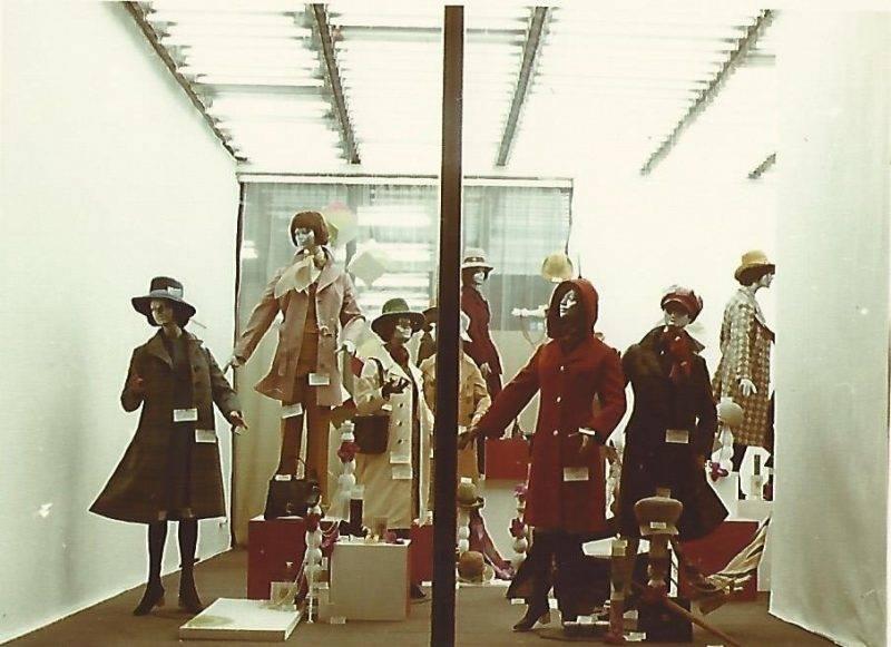 A kÈpen a Corvin ¡ruh·z kirakat·ban az őszi-tÈli szezon női divat·rucikkei l·thatÛak. Tov·bbi megnevezÈs: Centrum ¡ruh·zak