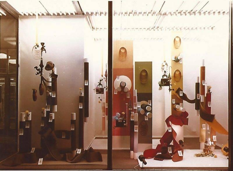 A képen a Corvin Áruház méteráru osztályának kínálata látható kirakatában. További megnevezés: Centrum Áruházak