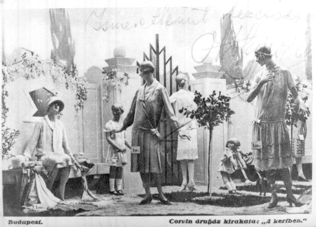 Corvin ·ruh·z kirakata a kertben. Női- Ès gyerek divat·ru l·thatÛ a kirakatb·bukon