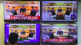 """A South Korean official watches television news channels showing North Korea's leader Kim Jong-Un, at the Korea Meteorological Administration in Seoul on September 3, 2017. The """"artificial quake"""" in North Korea on September 3, thought to be its sixth nuclear test, was five to six times more powerful than the tremor from Pyongyang's fifth test, the South's weather agency said. / AFP PHOTO / JUNG Yeon-Je"""