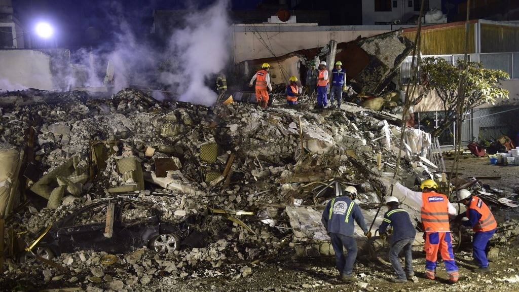 Rescue workers take part in the search for survivors and bodies in Mexico City on September 21, 2017, two days after a strong quake hit central Mexico. A powerful 7.1 earthquake shook Mexico City on Tuesday, causing panic among the megalopolis' 20 million inhabitants on the 32nd anniversary of a devastating 1985 quake. / AFP PHOTO / Pedro Pardo