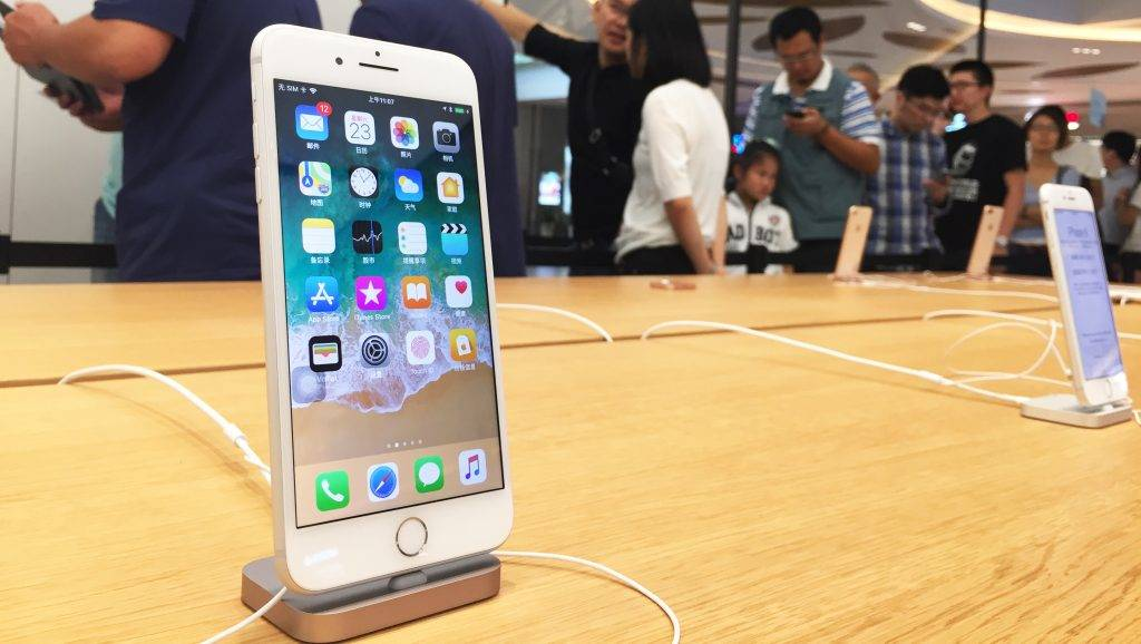 An iPhone 8 Plus smartphone is on display at an Apple Store in Shanghai, China, 23 September 2017.  The first day of official sales of the new iPhone 8/8 Plus has been met with a lukewarm response from customers. The Apple Store in Sanlitun in Beijing was open for business from 8am on Friday, but few were waiting to purchase the new iPhone, and some simply wanted to take a look. The situation was more or less the same at the Apple Store's in the Wangfujing and Xidan shopping areas. The counters for ordering outside the Apple Store in Joy City in Xidan were removed early on through lack of demand. According to one member of the in-store sales staff, one reason for the lack of buyers is that many people had pre-ordered online. The volume of online purchases via Gome and JD.com is indeed higher. As of 6pm on Friday, sales of the iPhone 8/8Plus on Gome had seen an increase of 317.6% over those of the iPhone 7/7Plus on its first day of sales in 2016. One million pre-orders have been placed via JD.com. Also, there's a possibility that some are holding out for the launch of the iPhone X on November 3, which can be pre-ordered from the end of October.