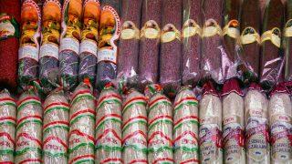 Budapest, 2013. március 8. Magyar szalámiféleségeket kínáló stand a Fõvám téri Központi Vásárcsarnokban, ahol sok külföldi is megfordul a turistaidényben. MTVA/Bizományosi: Jászai Csaba  *************************** Kedves Felhasználó! Az Ön által most kiválasztott fénykép nem képezi az MTI fotókiadásának, valamint az MTVA fotóarchívumának szerves részét. A kép tartalmáért és a szövegért a fotó készítõje vállalja a felelõsséget.
