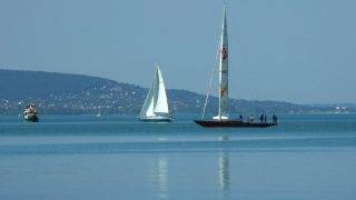 Tihany, 2017. július 23.  Személyhajók és vitorlások találkozása a Balaton vizén egy nyári napfényes délután.  MTVA/Bizományosi: Jászai Csaba  *************************** Kedves Felhasználó! Ez a fotó nem a Duna Médiaszolgáltató Zrt./MTI által készített és kiadott fényképfelvétel, így harmadik személy által támasztott bárminemû – különösen szerzõi jogi, szomszédos jogi és személyiségi jogi – igényért a fotó készítõje közvetlenül maga áll helyt, az MTVA felelõssége e körben kizárt.