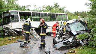 Geszteréd, 2016. szeptember 5. Egy összeroncsolódott kisbusz és egy összetört iskolabusz mellett dolgoznak tûzoltók és mentõk a Geszteréd és Nagykálló közötti úton 2016. szeptember 5-én. A két jármû balesetében a munkásokat szállító kisbuszban ülõk közül két felnõtt a helyszínen meghalt. MTI Fotó: Taipusz Attila