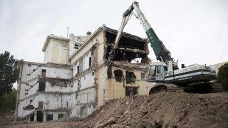 Kaposvár, 2017. július 14.A kaposvári Csiky Gergely Színház bontás alatt álló épülete 2017. július 14-én.MTI Fotó: Varga György