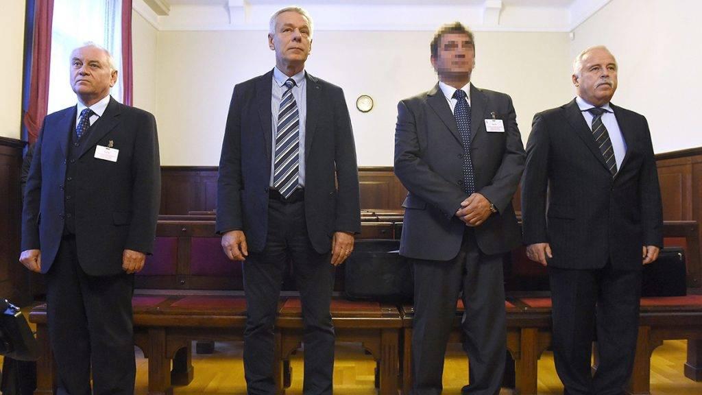 Budapest, 2017. szeptember 25.Galambos Lajos, a Nemzetbiztonsági Hivatal (NBH) volt főigazgatója, elsőrendű vádlott, Szilvásy György, a Gyurcsány-kormány titokminisztere, másodrendű, P. László, egy biztonsági cég vezetője, harmadrendű és Laborc Sándor, a Nemzetbiztonsági Hivatal (NBH) volt főigazgatója, negyedrendű vádlott (b-j) hallgatja az ítéletet az úgynevezett kémügy másodfokú tárgyalásán a Fővárosi Ítélőtábla tárgyalótermében 2017. szeptember 25-én. Jogerősen felmentette a kémkedés, illetve bűnpártolás vádja alól a Fővárosi Ítélőtábla másodfokú döntésében Szilvásy Györgyöt,  Galambos Lajost, Laborcz Sándort és egy civilt.MTI Fotó: Kovács Tamás