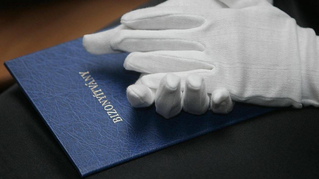 Sopron, 2011. június 24.Egy végzős hallgató tartja ölében bizonyítványát a Nyugat-Magyarországi Egyetem Benedek Elek Pedagógiai Karának diplomaosztó ünnepségén, Sopronban.MTI Fotó: Filep István