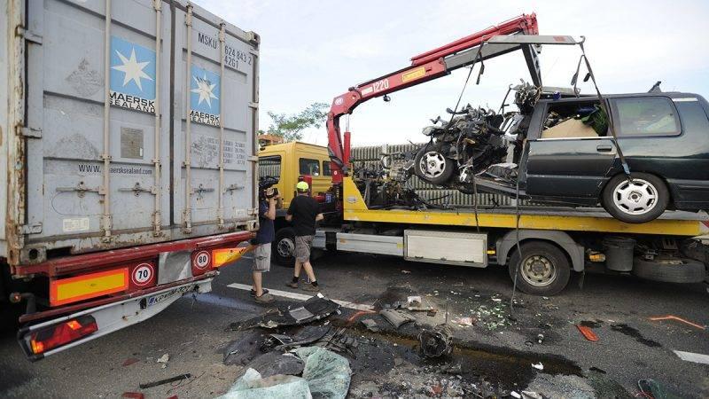 Budapest, 2017. június 27.Ütközésben összeroncsolódott személygépkocsi az M7-es autópálya érdi szakaszán, Budapest irányában 2017. június 27-én. Az autó hátulról belecsapódott az autópályán forgalmi ok miatt álló tehergépjárműbe, a balesetben a személygépkocsi vezetője meghalt.MTI Fotó: Mihádák Zoltán