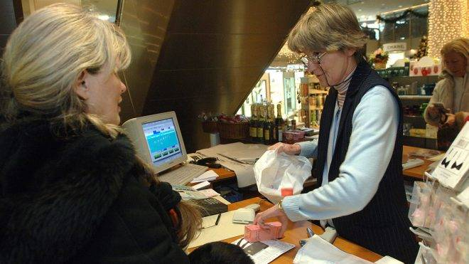 Budapest, 2008. december 29.Babiczky Györgyné eladó-pénztáros egy budapesti bevásárlóközpontban egy visszahozott árut cserél ki. Megkezdődött a karácsony utáni áru-visszacserélési láz. Sokan szeretnék a nem megfelelő ajándékba kapott termékeket, számukra hasznosabbra kicserélni. A jogszabályok szerint, ha a vásárlónak minőségi kifogása van, lényegtelen, hogy a karácsonyi időszakban vásárolta-e a terméket, mindenkor a hibás teljesítés szabályai szerint kell eljárni a kereskedőnek, de méretet, vagy színt nem köteles másikra cserélni. Mint ahogyan abban is a kereskedő dönthet, hogyan jár el, ha esetleg két ugyanolyan ajándék került a karácsonyfa alá.MTI Fotó: Kovács Attila