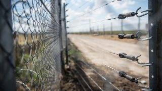 Kübekháza, 2017. május 27. Elektromos jelzõrendszer a magyar-szerb határon álló biztonsági határzáron Kübekházánál 2017. május 27-én. Kiépítettek egy jelzõrendszert, amely emberre egyáltalán nem veszélyes elektromos impulzusokkal mûködik. MTI Fotó: Ujvári Sándor