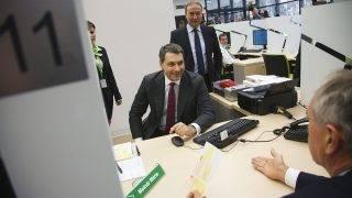 Kaposvár, 2015. január 30.Lázár János, a Miniszterelnökséget vezető miniszter (k), mögötte Kovács Zoltán, a Miniszterelnökség területi közigazgatásért felelős államtitkára (j) és Szita Károly, Kaposvár polgármester (elöl háttal) a Somogy Megyei Kormányhivatalban megnyíló új kormányablak átadásán Kaposváron 2015. január 30-án. A kaposvárival együtt 26 új kormányablak nyílt meg ezen a napon, így az országban összesen száz kormányablakban intézhetik ügyeiket az állampolgárok.MTI Fotó: Varga György