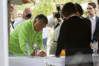 Kötcse, 2017. szeptember 2. Orbán Viktor miniszterelnök (b) érkezik a Polgári Magyarországért Alapítvány rendezvényére, a Polgári Piknikre a kötcsei Dobozy kúriánál 2017. szeptember 2-án. MTI Fotó: Varga György