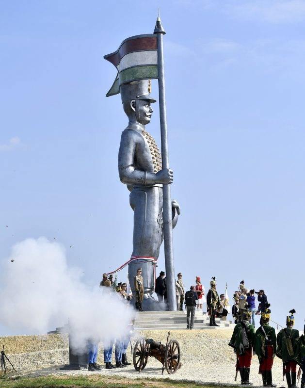Pákozd, 2017. szeptember 29. Ágyúlövés a 70 tonnás, 12,5 méter magas Miskahuszár-szobor, Magyarország legnagyobb szabadtéri szobra avatóünnepségén Pákozdon 2017. szeptember 29-én. MTI Fotó: Illyés Tibor