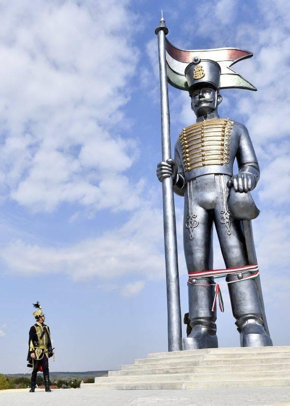 Pákozd, 2017. szeptember 29. Huszárruhába öltözött hagyományõrzõ a 70 tonnás, 12,5 méter magas Miskahuszár-szobor, Magyarország legnagyobb szabadtéri szobra mellett az avatóünnepség napján Pákozdon 2017. szeptember 29-én. MTI Fotó: Illyés Tibor