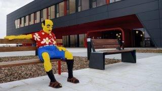 Nyíregyháza, 2014. március 25. A Lego Csoport új nyíregyházi gyárának épülete, elõtte a padon egy életnagyságú Lego-szobor 2014. március 25-én. MTI Fotó: Balázs Attila