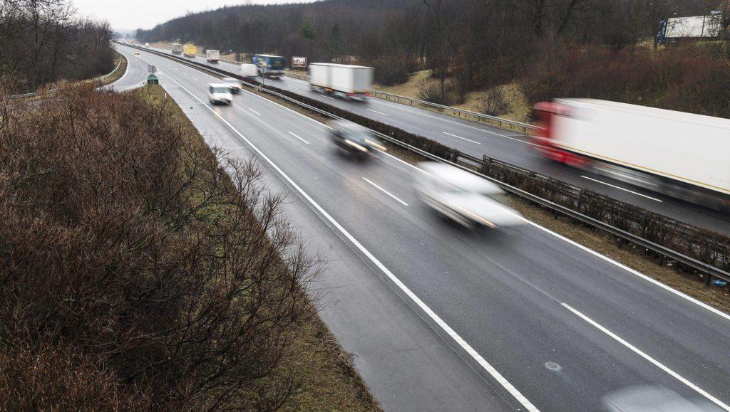Bag, 2015. február 26. Jármûvek haladnak az M3-as autópálya kisbagi pihenõhelyének közelében 2015. február 26-án. MTI Fotó: Balázs Attila