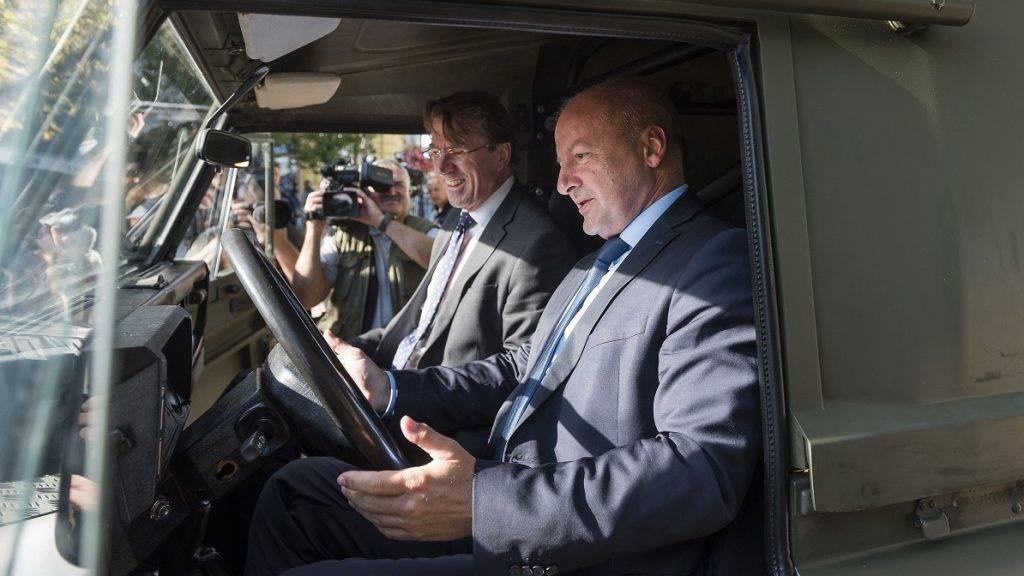 Nyíregyháza, 2017. szeptember 28. Simicskó István honvédelmi miniszter (j) és Iain Lindsay brit nagykövet egy Land Rover terepjáróban a visszafogadó ünnepség után az úgynevezett inkurrencia anyagok átadásán a nyíregyházi Kossuth téren 2017. szeptember 28-án. A brit haderõben feleslegessé vált ruházati anyagokat - tízezer készlet gyakorlóruhát - és a jó állapotú technikai eszközöket - harminc Land Rover terepjárót - az önkéntesek kiképzéséhez és felkészítéséhez használja fel a honvédség. MTI Fotó: Balázs Attila