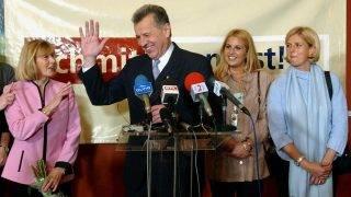 Budapest, 2002. október 20.Schmitt Pál, a parlamenti ellenzék által támogatott független főpolgármester-jelölt segítői és szimpatizánsai társaságában kísérte figyelemmel az önkormányzati választások eredményeit az Olof Palme-házban kialakított választási központjában. A képen: lányai, Alexa (b), Gréta (2.j) és Petra (j), valamint felesége, Makrai Katalin (2.b) gratulál Schmitt Pálnak (k), aki második helyen végzett.MTI Fotó: Koszticsák Szilárd