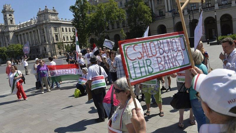 Budapest, 2014. július 4.Az Otthonvédelmi Tanács demonstrációja az Országház előtti Kossuth téren 2014. július 4-én. A résztvevők a devizahitelek eltörlését, a hitelesek kártalanítását és a felelősök megbüntetését követelték.MTI Fotó: Koszticsák Szilárd
