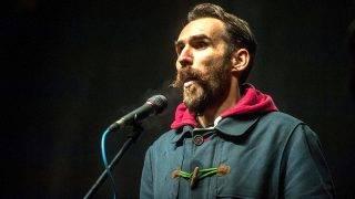 Budapest, 2015. január 2.Vágó Gábor volt LMP-s képviselő a Facebookon MostMi! - Új országot építünk! mottóval, a közállapotok megváltoztatásáért meghirdetett demonstráción a Magyar Állami Operaház épülete előtt a fővárosi Andrássy úton 2015. január 2-án. A demonstrációt a három évvel ezelőtti tüntetés évfordulója alkalmából szervezték az operaház elé.MTI Fotó: Marjai János