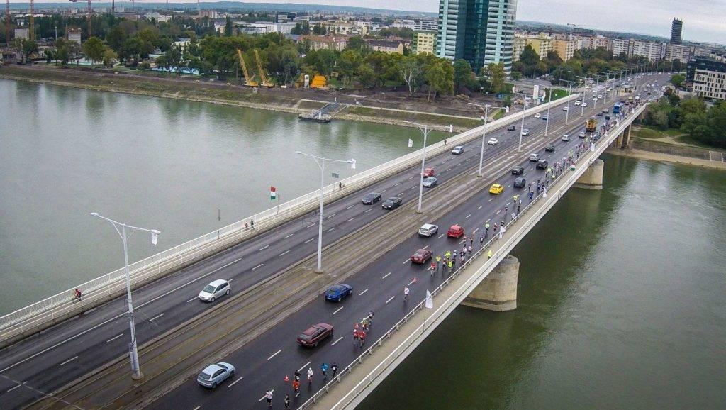 Budapest, 2015. október 11. Drónnal készült felvételen a 30. Spar Budapest Maraton résztvevõi futnak az Árpád hídon 2015. október 11-én. MTI Fotó: Ruzsa István