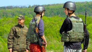 Rahonca, 2016. április 22. Iskolások éleslövészethez készülnek a kárpátaljai megyei hadkiegészítõ parancsnokság által az ungvári járás végzõs diákjainak tartott, éleslövészettel egybekötött honvédelemórán, a munkácsi 128-as hegyivadász dandár lõterén, Rahonca közelében, 2016. április 22-én. MTI Fotó: Nemes János