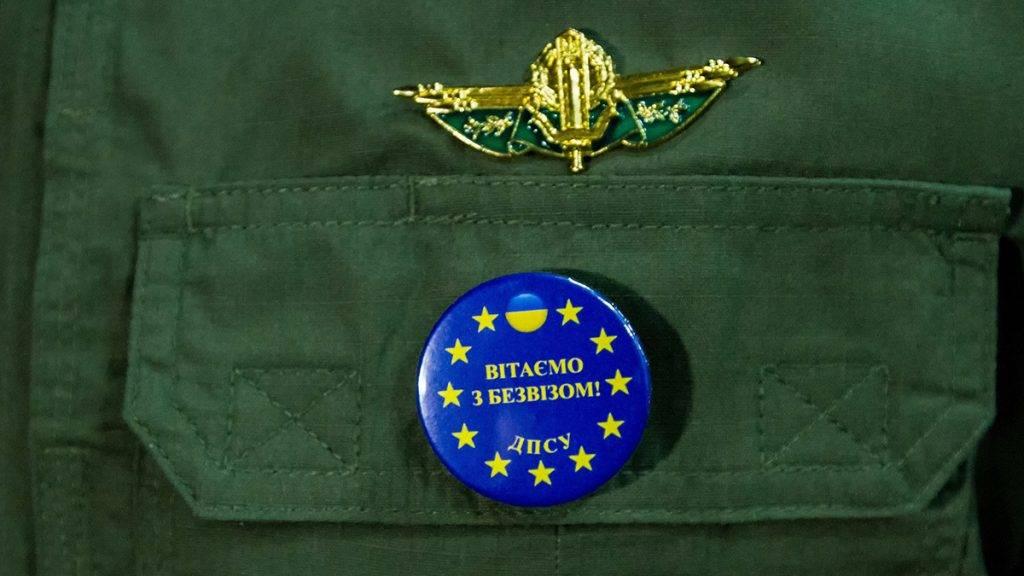 Csap, 2017. június 11.Üdvözöljük a vízummentesség alkalmából! feliratú jelvény egy ukrán határőr zubbonyán Csapon, a csap-záhonyi ukrán-magyar határátkelőhelyen 2017. június 11-én. Ezen a napon nulla órakor életbe lépett az ukrán állampolgárok európai uniós vízummentessége, ezentúl vízum nélkül utazhatnak az Európai Unió tagállamaiba Ukrajna biometrikus útlevéllel rendelkező állampolgárai.MTI Fotó: Nemes János