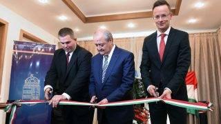 Taskent, 2017. június 27. A Külgazdasági és Külügyminisztérium (KKM) által közreadott képen Szijjártó Péter külgazdasági és külügyminiszter (j), Adbulaziz Kamilov üzbég külügyminiszter (k) és Szántó Péter taskenti nagykövet (b) megnyitja Magyarország taskenti nagykövetségét Üzbegisztánban 2017. június 27-én. MTI Fotó: KKM