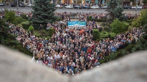 Marosvásárhely, 2017. szeptember 6.A marosvásárhelyi Római Katolikus Gimnázium védelmében szervezett tüntetés a város prefektusi hivatala előtt 2017. szeptember 6-án. A Római Katolikus Státus Alapítvány által szervezett, a megszüntetés határára jutott gimnázium védelmére szervezett tüntetésre egész Erdélyből érkeztek a résztvevők.MTI Fotó: Boda L. Gergely