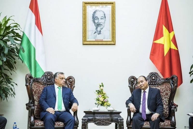Hanoi, 2017. szeptember 25. A Miniszterelnöki Sajtóiroda által közzétett képen Orbán Viktor miniszterelnök (b) tárgyal Nguyen Xuan Phuc vietnami kormányfõvel Hanoiban 2017. szeptember 25-én. MTI Fotó: Miniszterelnöki Sajtóiroda / Szecsõdi Balázs
