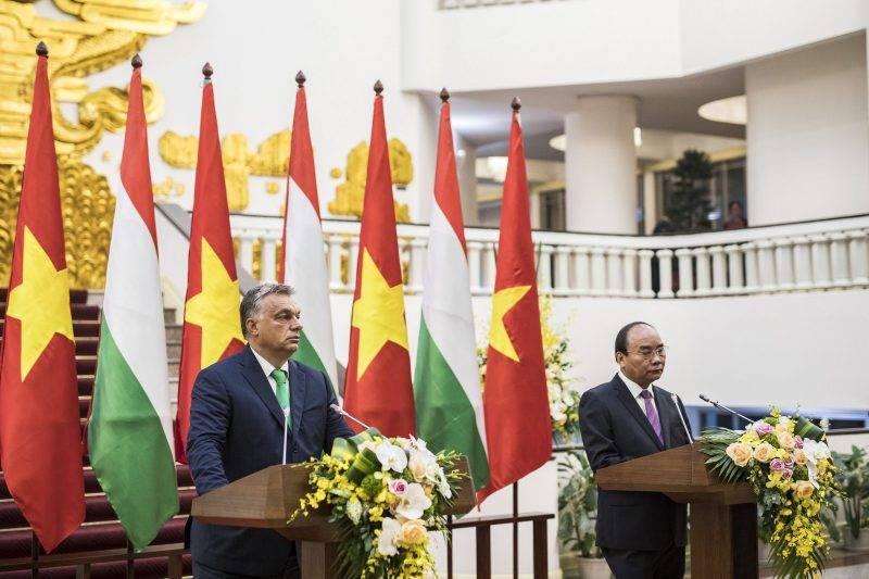 Hanoi, 2017. szeptember 25. A Miniszterelnöki Sajtóiroda által közzétett képen Orbán Viktor miniszterelnök (b) és Nguyen Xuan Phuc vietnami kormányfõ sajtótájékoztatót tart tárgyalásuk után Hanoiban 2017. szeptember 25-én. MTI Fotó: Miniszterelnöki Sajtóiroda / Szecsõdi Balázs